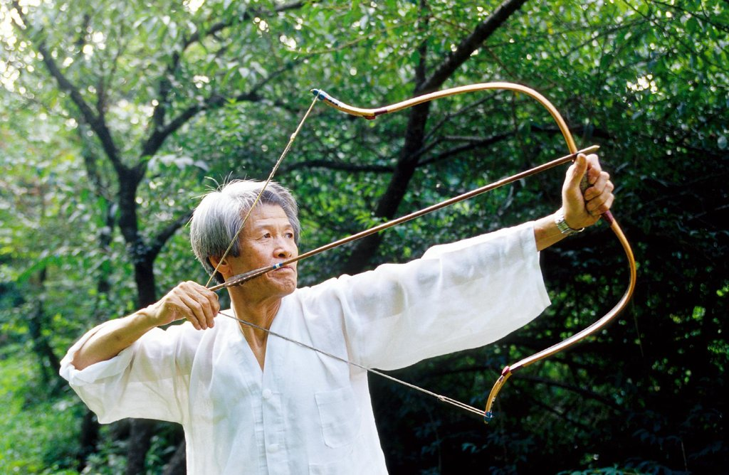 An undated file photo provided by the Cultural Heritage Administration of a bow artisan testing a Korean traditional bow and arrow. (PHOTO NOT FOR SALE) (Yonhap)