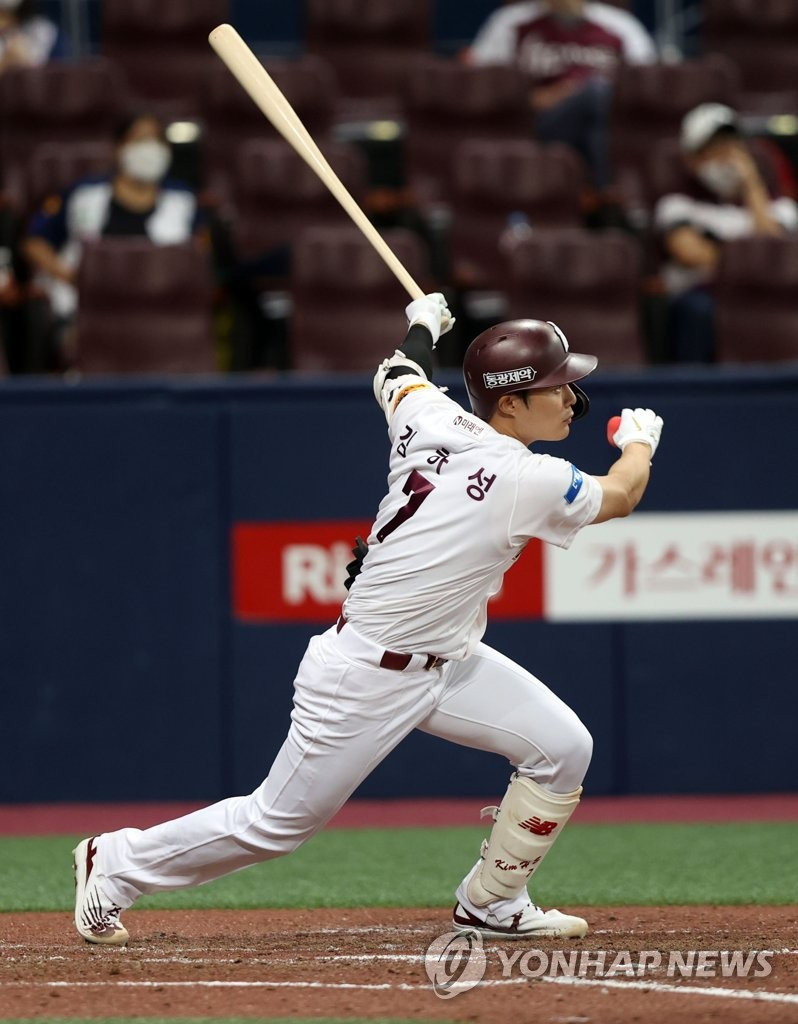 In this file photo from Aug. 5, 2020, Kim Ha-seong of the Kiwoom Heroes hits a two-run single against the KT Wiz during the bottom of the fourth inning of a Korea Baseball Organization regular season game at Gocheok Sky Dome in Seoul. (Yonhap)