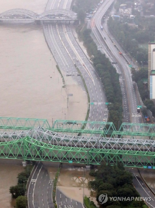 Major highways in Seoul partly closed, flood alerts issued as downpours raise water level of Han River