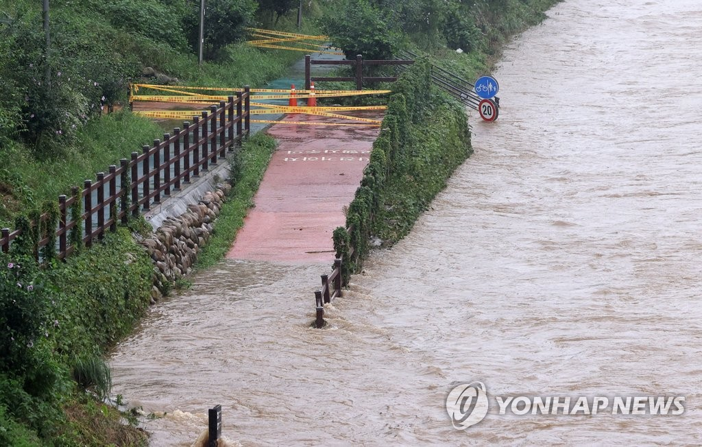 A trail alongside Yangjae Stream in Seoul is inundated due to heavy rain on Aug. 9, 2020. (Yonhap)