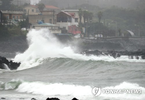 (LEAD) Typhoon Jangmi nears S. Korea amid persisting monsoon season, flights canceled