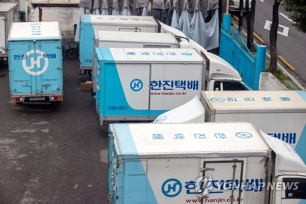Parcel delivery trucks of Hanjin Transport Co. are parked at a logistics center in Seoul on Aug. 14, 2020. (Yonhap)