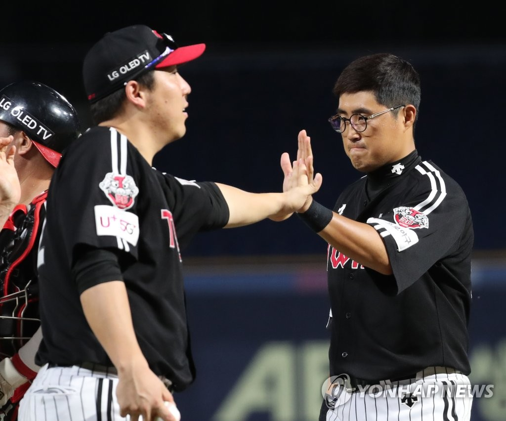 김현수와 채은 성 (오른쪽) 하이 파이브