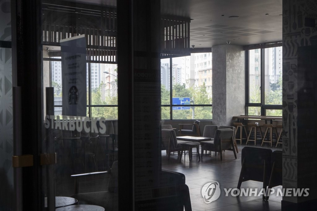 This photo, taken on Aug. 18, 2020, shows a Starbucks store in Paju, north of Seoul, which has been temporarily closed due to virus infections. Health authorities said 55 virus cases have been tied to the store. (Yonhap)