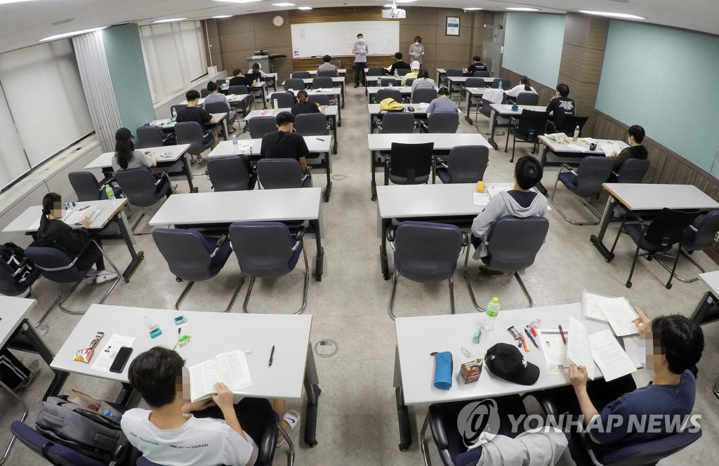 This photo, provided by the Ministry of Personnel Management on Aug. 21, 2020, shows applicants who seek to become public servants and diplomats taking state tests at Sungkyunkwan University in central Seoul. (PHOTO NOT FOR SALE) (Yonhap)
