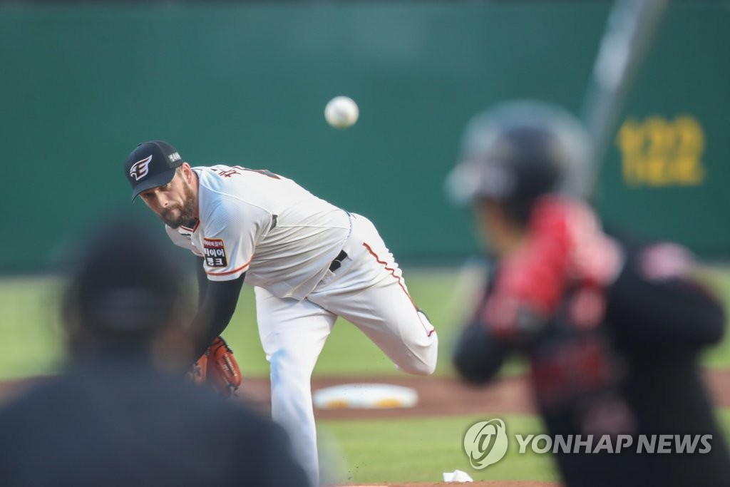 In this file photo from Aug. 21, 2020, Chad Bell of the Hanwha Eagles pitches against the KT Wiz in a Korea Baseball Organization regular season game at Hanwha Life Eagles Park in Daejeon, 160 kilometers south of Seoul. (Yonhap)