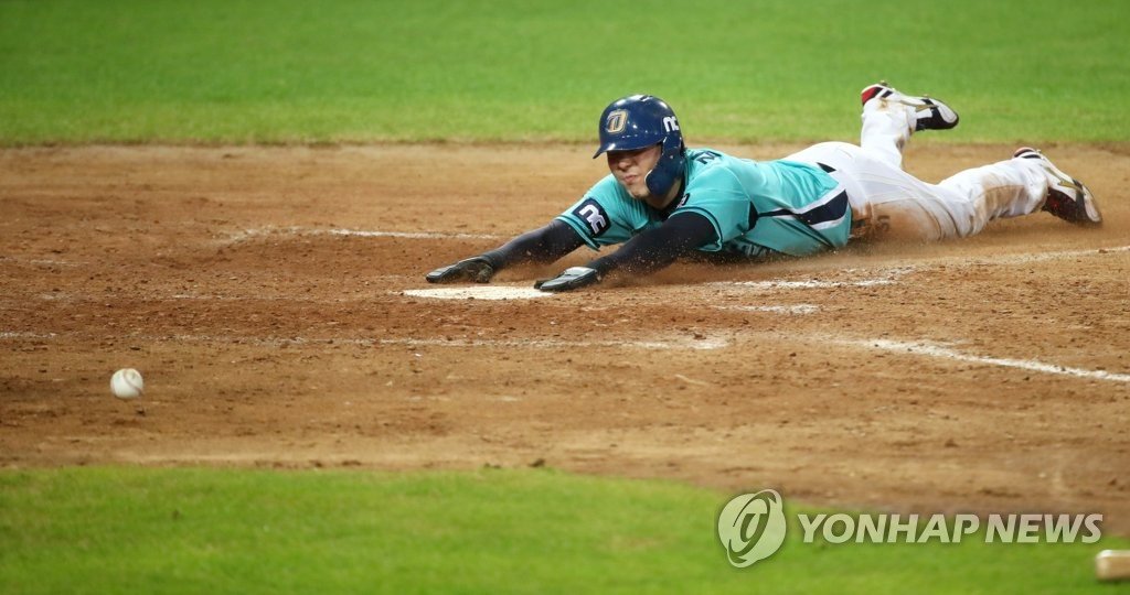 In this file photo from Aug. 21, 2020, Kim Seong-uk of the NC Dinos scores against the Kia Tigers in the top of the ninth inning of a Korea Baseball Organization regular season game at Gwangju-Kia Champions Field in Gwangju, 330 kilometers south of Seoul. (Yonhap)