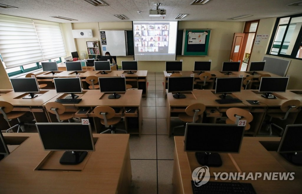 A remote class is under way at an elementary school in Seoul on Aug. 26, 2020. (Yonhap)