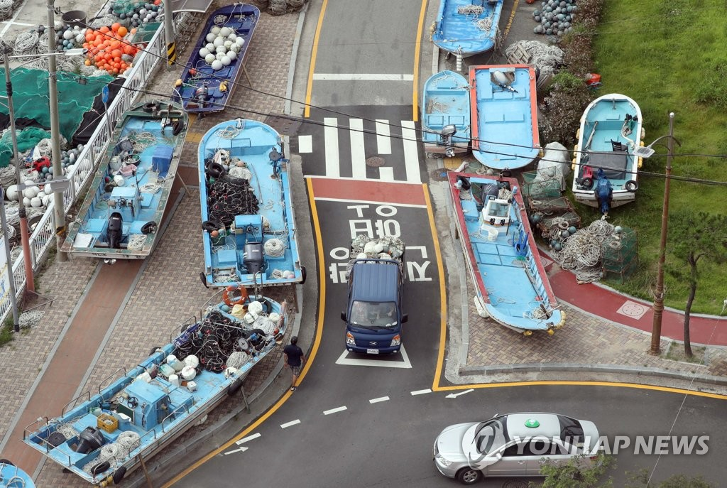 Fishing vessels sit along a road in the southeastern city of Busan on Aug. 31, 2020, as Typhoon Maysak, the season's ninth typhoon, moves north toward the Korean Peninsula. (Yonhap)