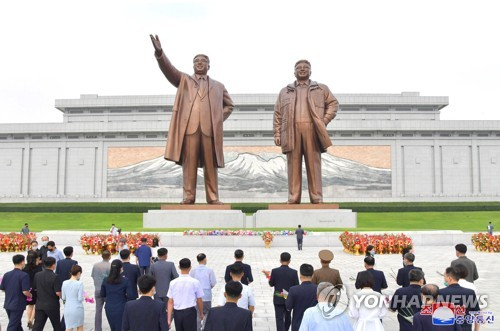 N. Koreans pay respects to Kim Il-sung, Kim Jong-il