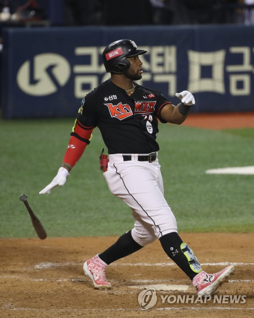 In this file photo from Sept. 9, 2020, Mel Rojas Jr. of the KT Wiz hits a two-run home run against the Doosan Bears in the top of the 11th inning of a Korea Baseball Organization regular season game at Jamsil Baseball Stadium in Seoul. (Yonhap)