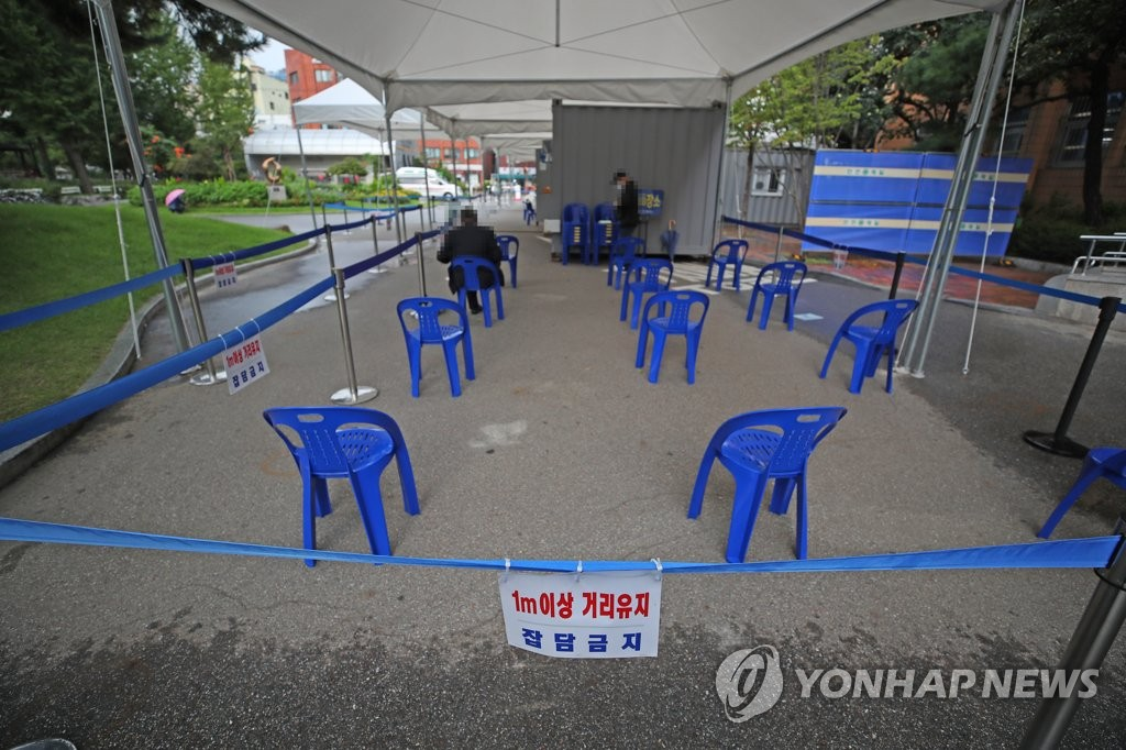 Chairs are arranged apart from one another at a virus screening center in the southwestern Seoul ward of Yeongdeungpo on Sept. 16, 2020. (Yonhap)