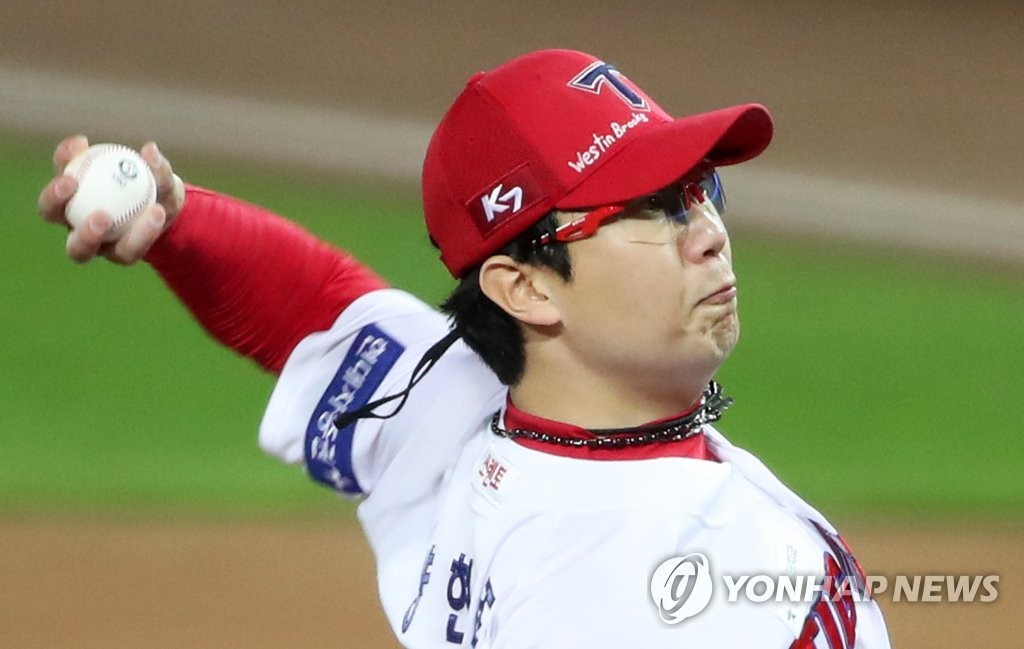 Yang Hyeon-jong of the Kia Tigers pitches against the Kiwoom Heroes in a Korea Baseball Organization regular season game at Gwangju-Kia Champions Field in Gwangju, 330 kilometers south of Seoul, on Sept. 22, 2020. He is wearing a cap with the name of teammate Aaron Brooks' son, Westin, written on it, in a show of support for Westin's recovery from injuries sustained in an auto accident in Kansas City. (Yonhap)