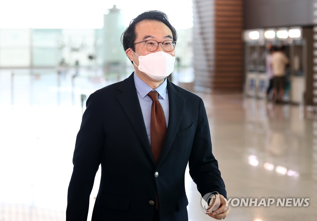 Lee Do-hoon, South Korea's chief nuclear negotiator, leaves Incheon International Airport, west of Seoul, on Sept. 27, 2020, to visit Washington for talks with U.S. Special Representative for North Korea Stephen Biegun. (Yonhap)