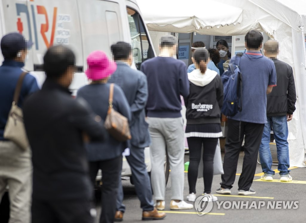 People stand in line at a test center in central Seoul on Oct. 2, 2020. (Yonhap)