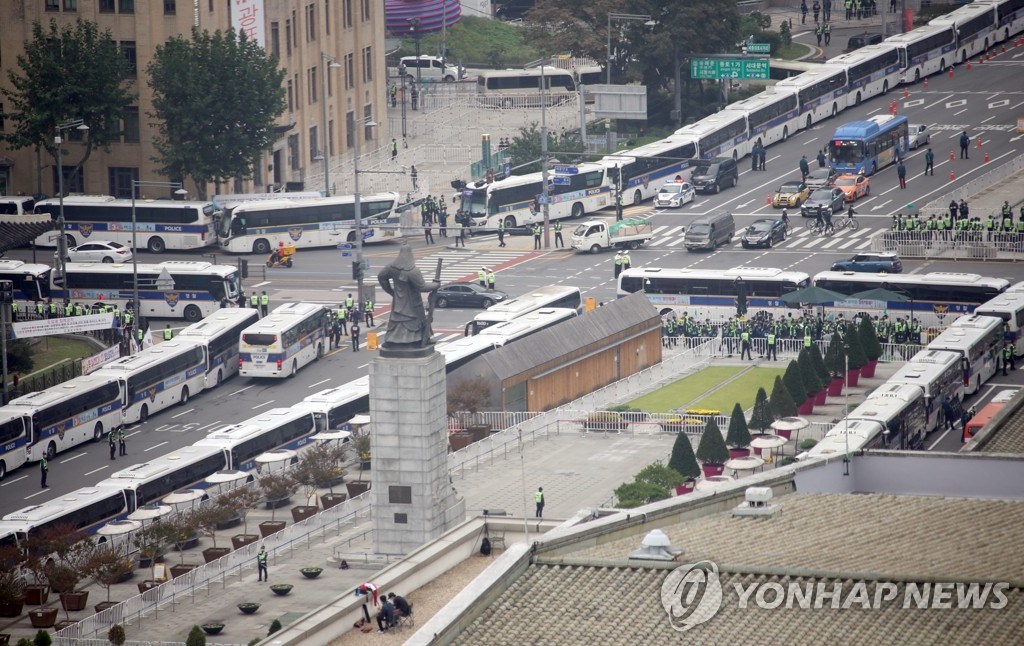 Police buses are parked in lines on streets around Gwanghwamun Square in central Seoul on Oct. 3, 2020, in a bid to prevent illegal rallies on National Foundation Day. (Yonhap)