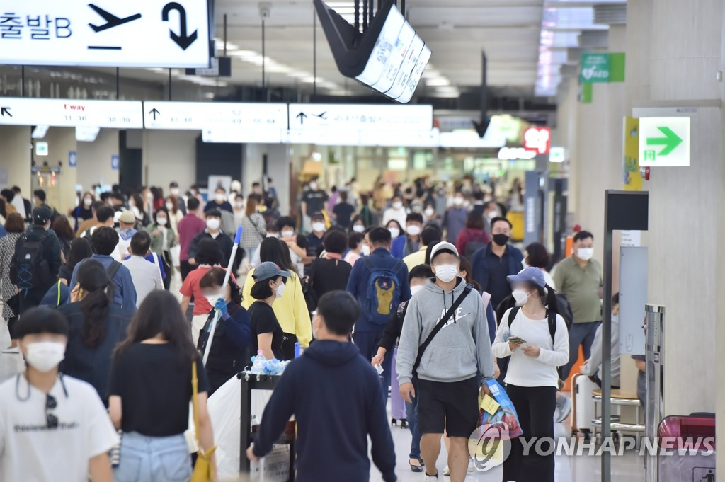 Travelers head to the departure hall of Jeju International Airport on the southern resort island of Jeju on Oct. 4, 2020. (Yonhap)