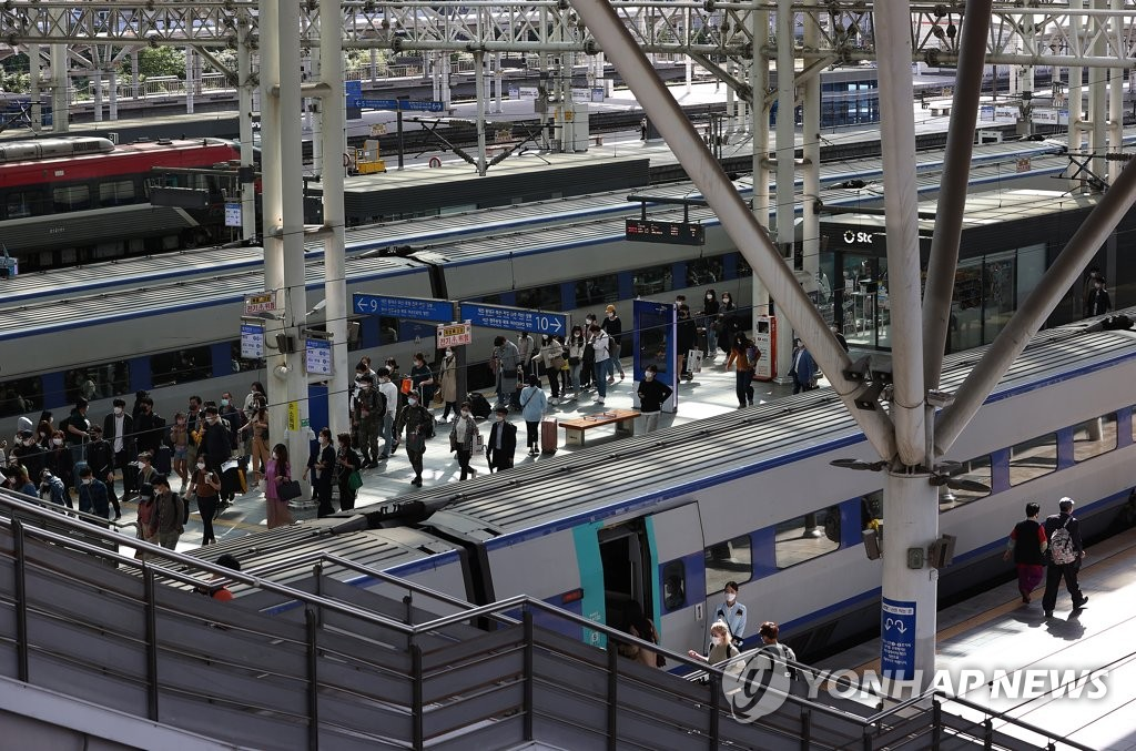 Seoul Station in central Seoul is filled with travelers on Oct. 4, 2020, the final day of the Chuseok holiday. (Yonhap)