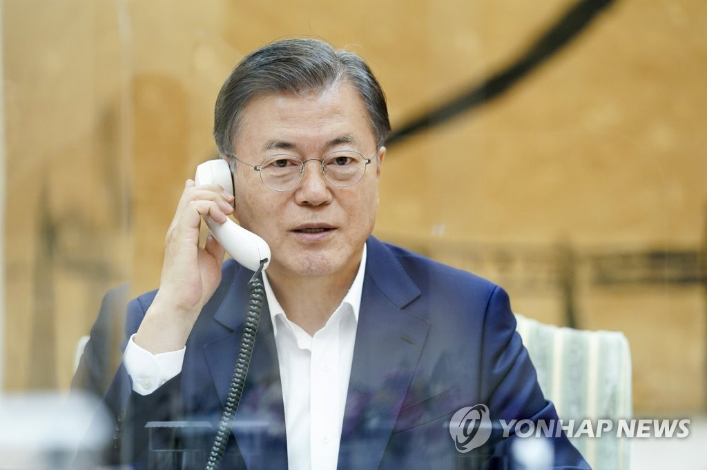 South Korean President Moon Jae-in speaks with Brazilian President Jair Bolsonaro over the phone at Cheong Wa Dae in Seoul on Oct. 5, 2020, in this photo provided by Moon's office. (PHOTO NOT FOR SALE) (Yonhap)