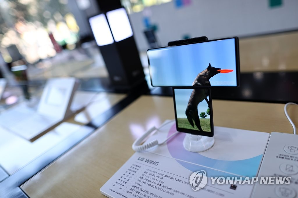 This photo taken on Oct. 6, 2020, shows LG Electronics Inc.'s dual-screen rotating smartphone, the Wing, displayed at a store in Seoul. (Yonhap)