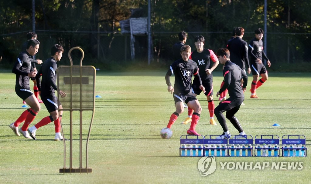 Members of the South Korean men's under-23 national football team train at the National Football Center in Paju, Gyeonggi Province, on Oct. 8, 2020, ahead of two exhibition matches against the men's senior national team. (Yonhap)