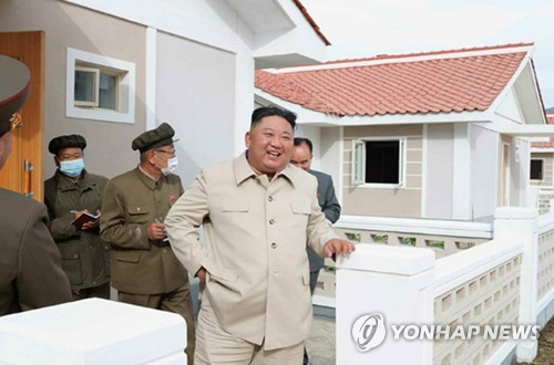 (2nd LD) N.K. leader visits typhoon recovery area again