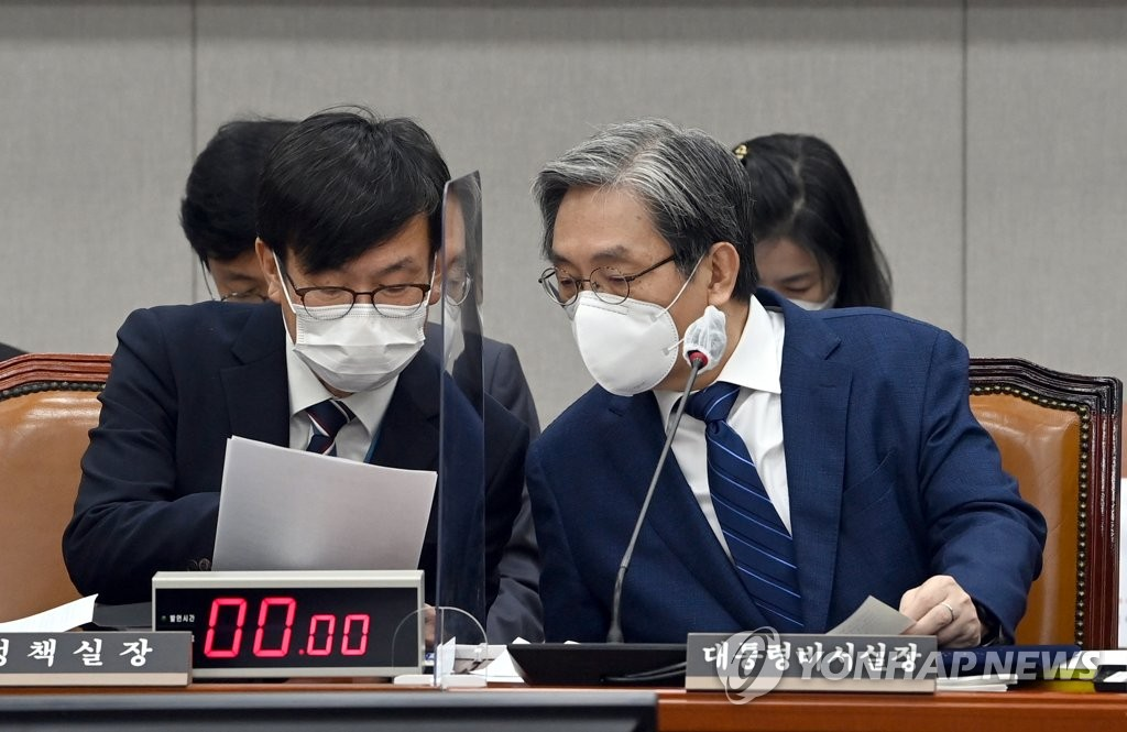 Noh Young-min (R), presidential chief of staff, and Kim Sang-jo, who is in charge of Cheong Wa Dae's policy-related affairs, wait for the opening of an annual parliamentary audit session at Cheong Wa Dae on Oct. 29, 2020. (Yonhap)