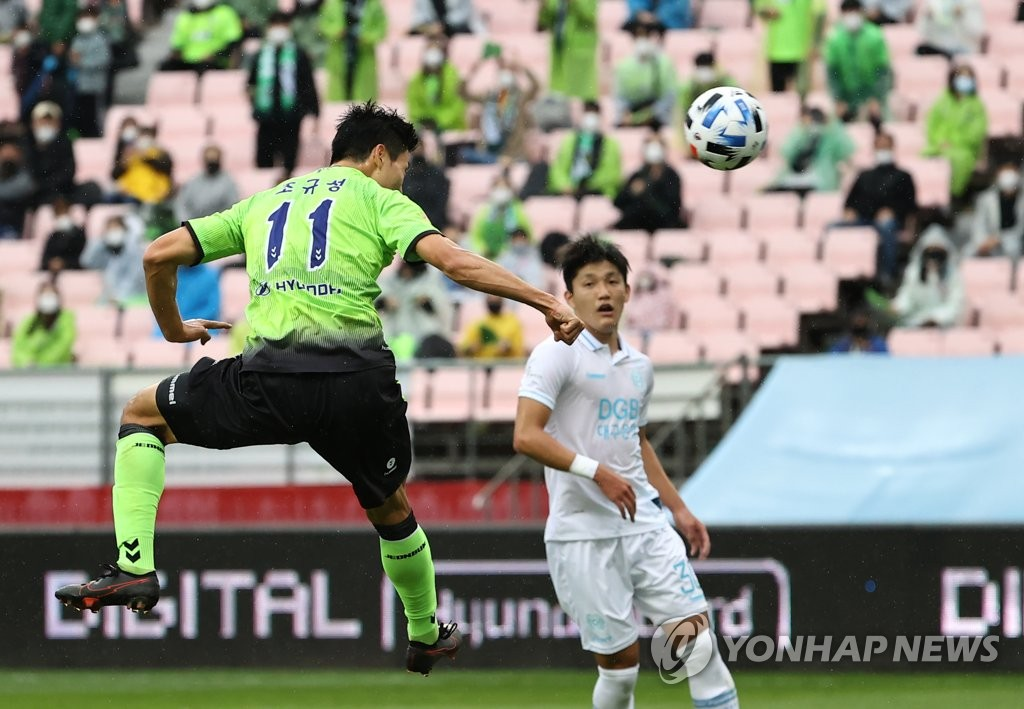 Cho Gue-sung of Jeonbuk Hyundai Motors scores against Daegu FC during a K League 1 match at Jeonju World Cup Stadium in Jeonju, 240 kilometers south of Seoul, on Nov. 1, 2020. (Yonhap)