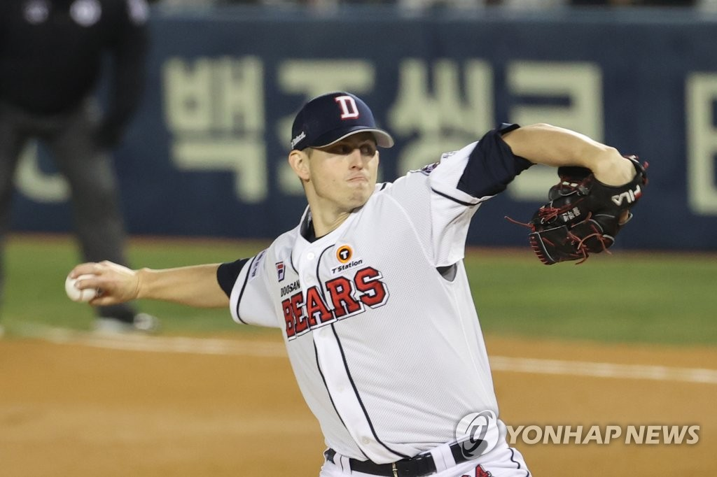 Chris Flexen of the Doosan Bears pitches against the LG Twins in the top of the sixth inning of Game 1 of the Korea Baseball Organization first-round playoff series at Jamsil Baseball Stadium in Seoul on Nov. 4, 2020. (Yonhap)