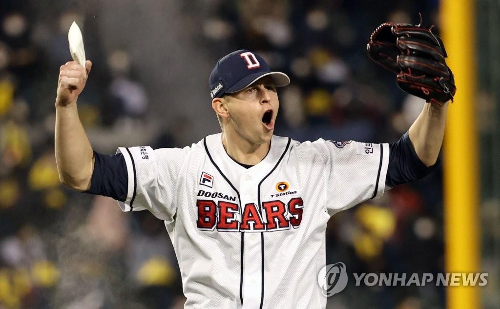 Chris Flexen of the Doosan Bears fires up the crowd after completing the top of the sixth inning of Game 1 of the Korea Baseball Organization first-round playoff series against the LG Twins at Jamsil Baseball Stadium in Seoul on Nov. 4, 2020. (Yonhap)