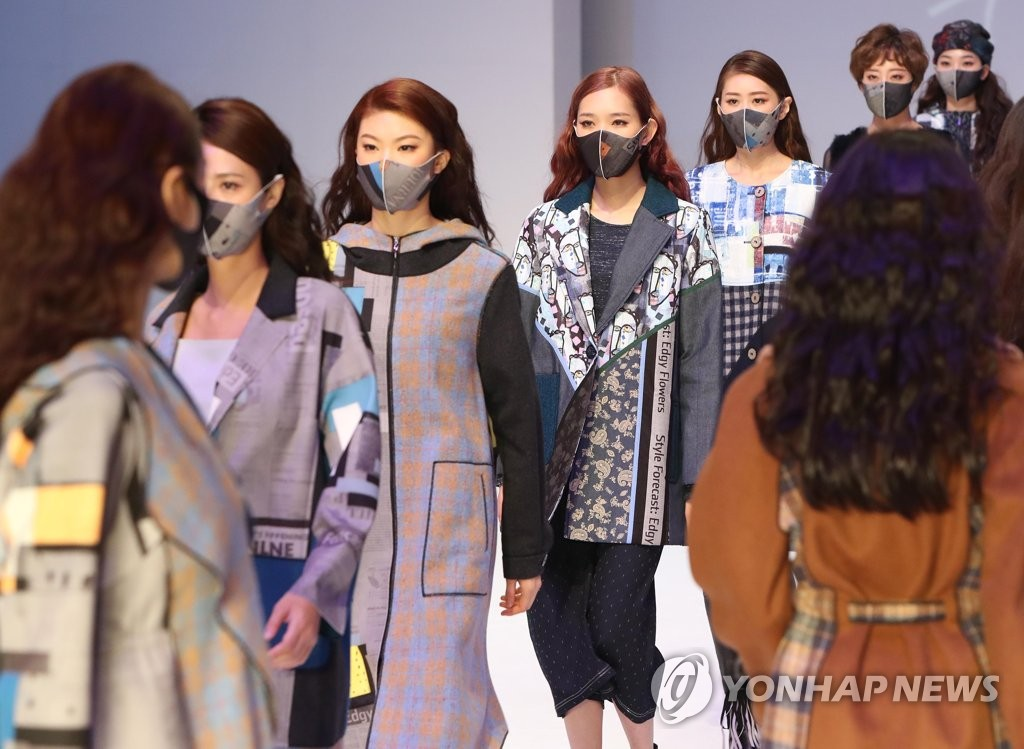 Models wear protective masks during a fashion show in Daegu, South Korea, on Nov. 5, 2020. (Yonhap)
