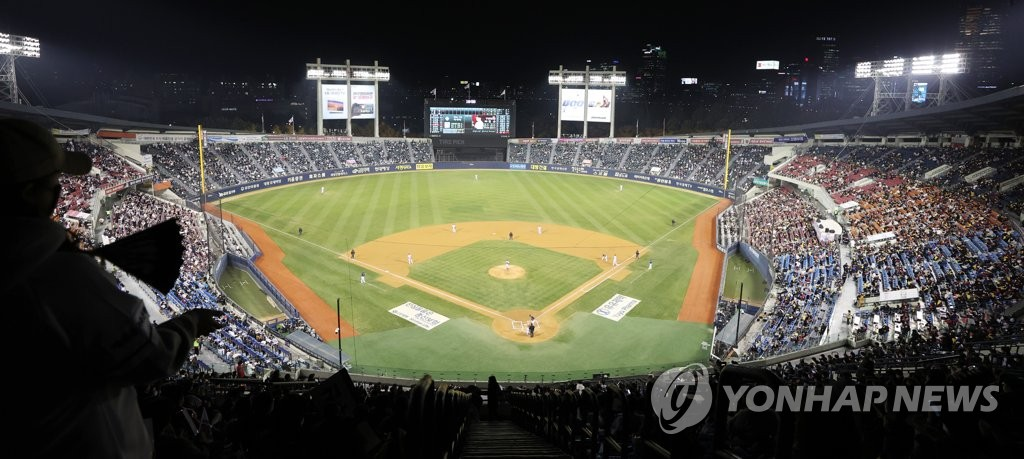 This file photo from Nov. 5, 2020, shows Jamsil Baseball Stadium in Seoul during Game 2 of the first-round Korea Baseball Organization postseason series between the LG Twins and the Doosan Bears. (Yonhap)