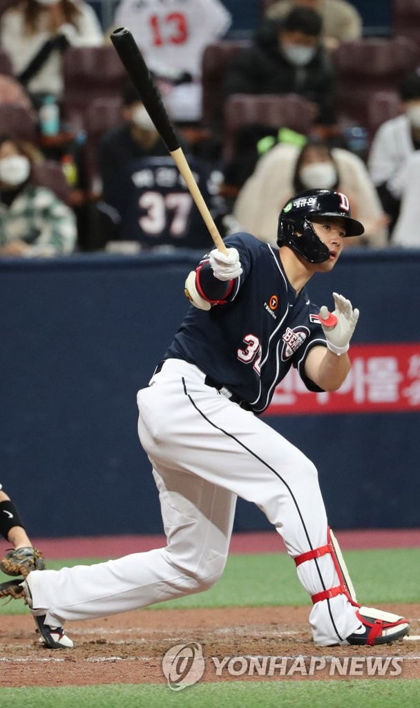 Kim Jae-hwan of the Doosan Bears hits an RBI single against the KT Wiz in the top of the eighth inning of Game 1 of the Korea Baseball Organization second-round postseason series at Gocheok Sky Dome in Seoul on Nov. 9, 2020. (Yonhap)