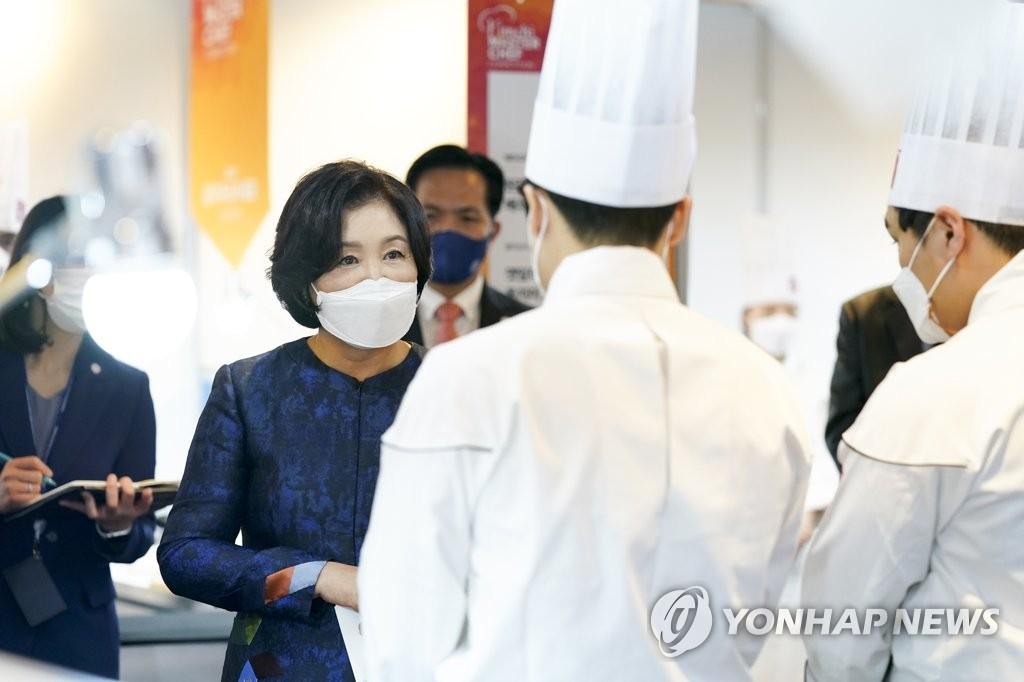 First lady Kim Jung-sook speaks with chefs at a kimchi contest held at THE PLAZA Seoul hotel on Nov. 20, 2020. (Yonhap)