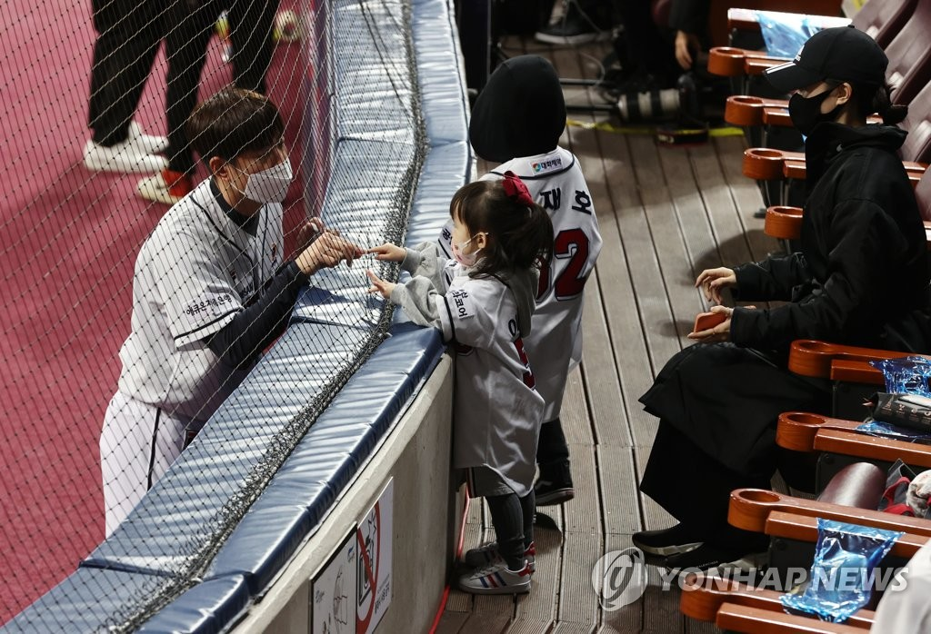Kim Jae-ho of the Doosan Bears (L) speaks with his daughter before Game 3 of the Korean Series at Gocheok Sky Dome in Seoul on Nov. 20, 2020. (Yonhap)