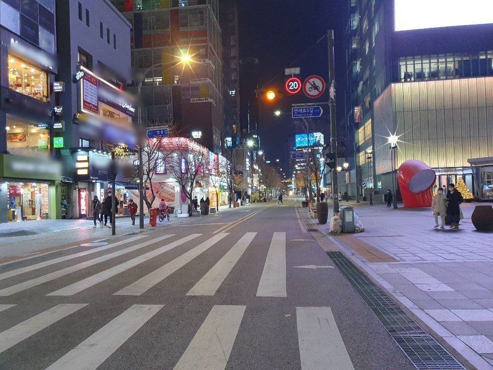 A street in Shinchon, western Seoul, is relatively empty on Nov. 20, 2020. (Yonhap)