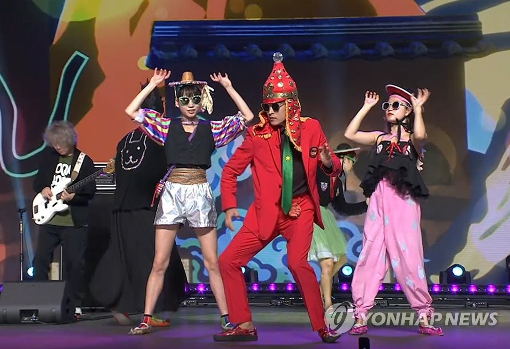This file photo, provided by the Korea Creative Content Agency, shows band Leenalchi and dance group Ambiguous Dance Company performing at a K-pop concert on Nov. 23, 2020. (PHOTO NOT FOR SALE)(Yonhap)