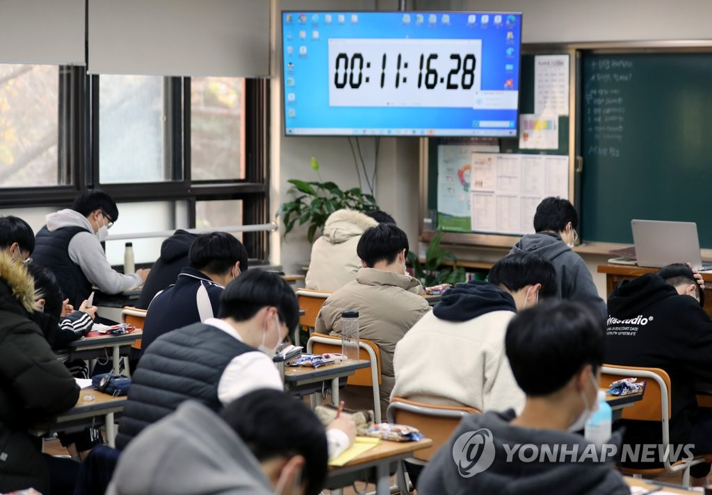 Seniors at Gudeok High School in Busan, 453 kilometers southeast of Seoul, study in their classroom on Nov. 24, 2020, nine days before the College Scholastic Ability Test. (Yonhap)