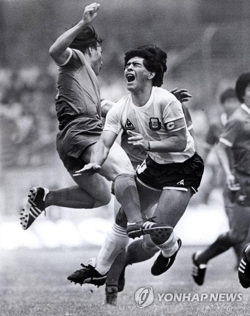 In this file photo from June 2, 1986, South Korea defender Huh Jung-moo (L) tackles Argentina midfielder Diego Maradona during their Group A match at the 1986 FIFA World Cup at Estadio Olímpico Universitario in Mexico City. (Yonhap)