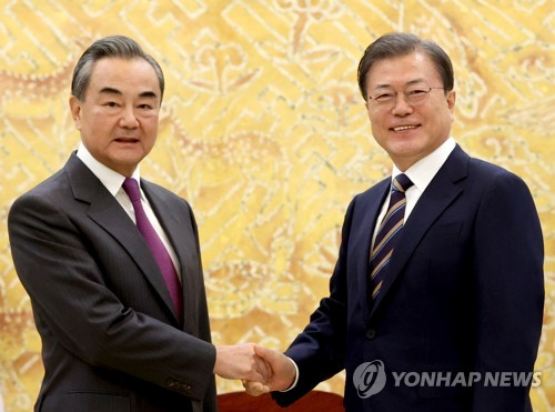 (2nd LD) Moon meets top Chinese diplomat, requests role for inter-Korean ties