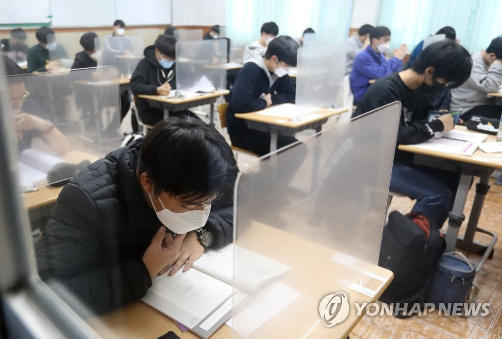 Students are ready to take the college entrance exam at a high school on the country's southern Jeju Island on Dec. 3, 2020. (Pool photo) (Yonhap)