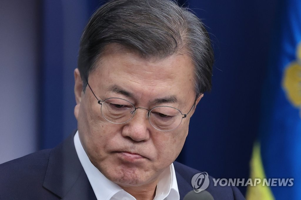 ▲President Moon Jae-in attends a meeting with his senior secretaries at Cheong Wa Dae in Seoul on Dec. 7, 2020. (Yonhap)▲