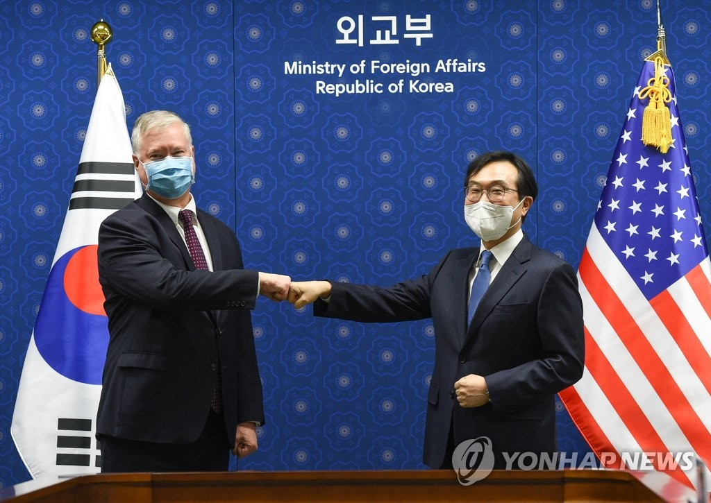Lee Do-hoon (R), special representative for Korean Peninsula peace and security affairs, bumps fists with U.S. Deputy Secretary of State Stephen Biegun during their meeting at the foreign ministry in Seoul on Dec. 9, 2020. (Pool photo) (Yonhap)