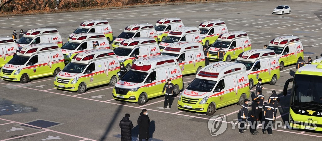 Ambulances are parked near Seoul Sports Complex in southern Seoul on Dec. 14, 2020. Major cities have sent their ambulances to the greater Seoul area amid the spike in the number of COVID-19 patients in the region. (Yonhap)