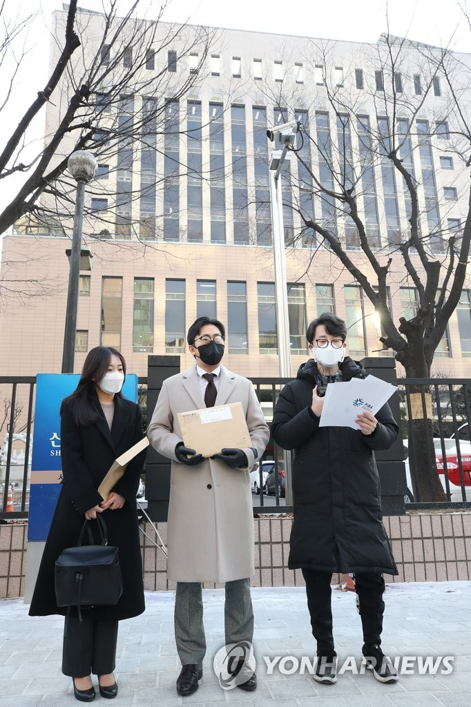 Park Joo-hyung (R), leader of the Pilates and Fitness Business Association, speaks after arriving at the Seoul Western District Court on Jan. 12, 2021, to file a class-action lawsuit against the government over losses suffered under COVID-19 business restrictions. (Yonhap)