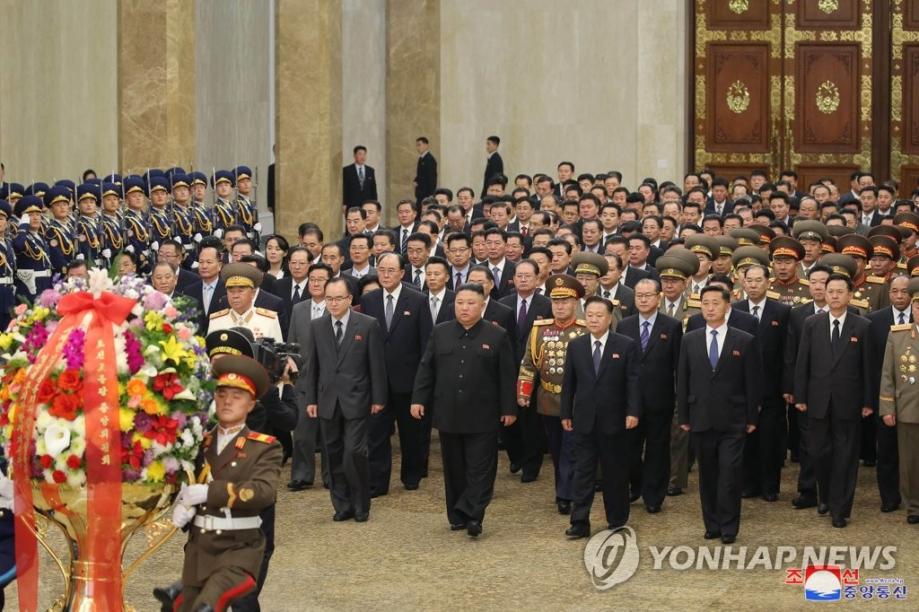 North Korea's leader Kim Jong-un (C) visits the Kumsusan Palace of the Sun in Pyongyang, the mausoleum for the country's former chiefs Kim Il-sung and Kim Jong-il, who are respectively the grandfather and the father of the current leader, on Jan. 12, 2021, in this photo released by the North's Korean Central News Agency the next day. (For Use Only in the Republic of Korea. No Redistribution) (Yonhap)