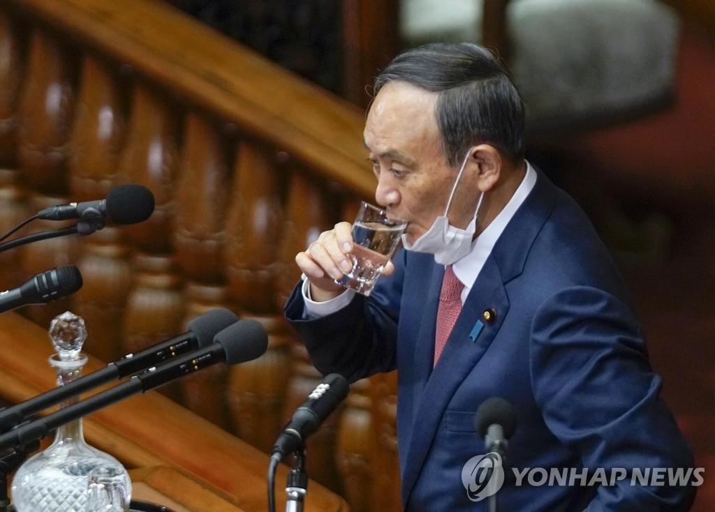 의회 답변 앞서 물 마시는 스가 일본 총리