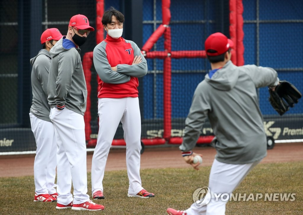 Kia Tigers' manager Matt Williams (L) watches his players during spring training at Gwangju-Kia Champions Field in Gwangju, 330 kilometers south of Seoul, on Feb. 1, 2021. (Yonhap)