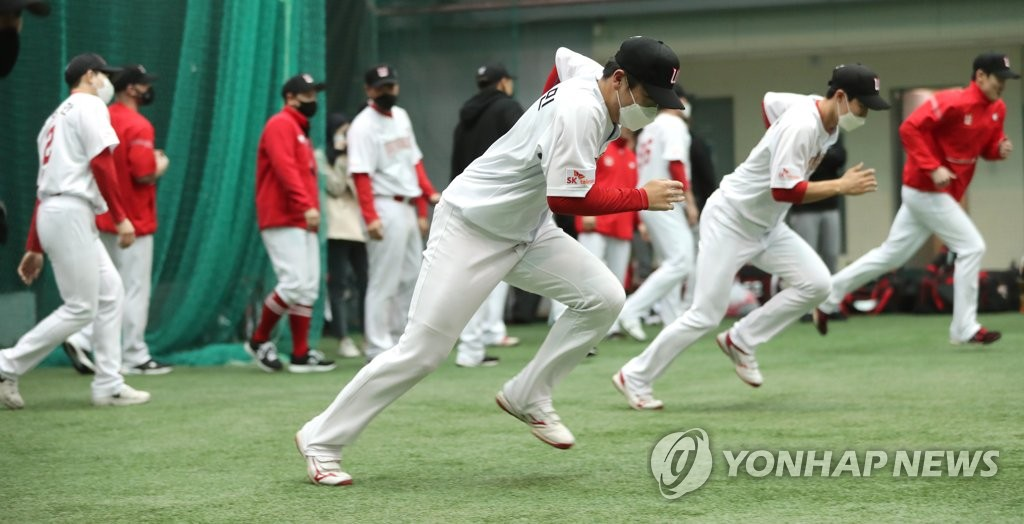 Members of the SK Wyverns train at Kang Chang-hak Stadium in Seogwipo, Jeju Island, during spring training on Feb. 1, 2021. (Yonhap)
