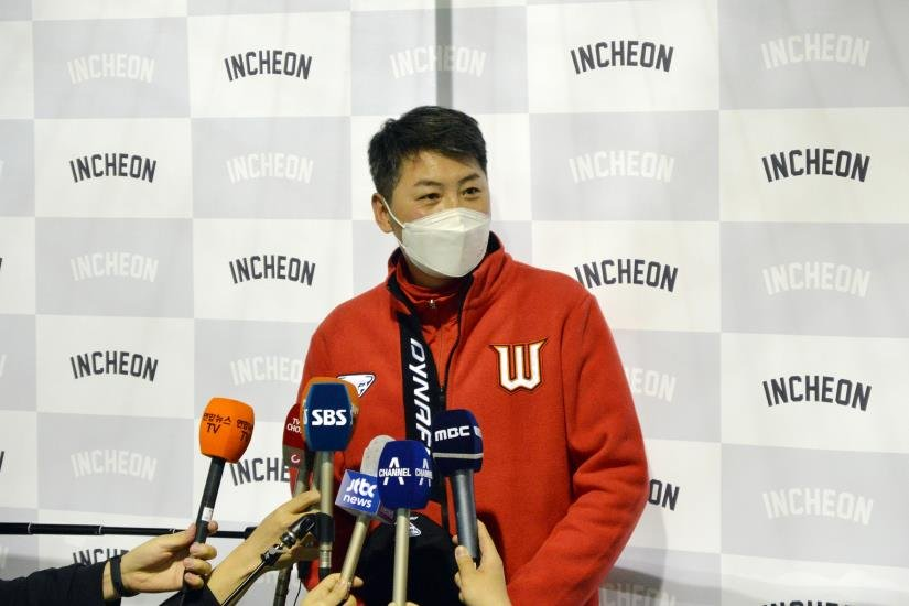 SK Wyverns' manager Kim Won-hyong speaks to reporters at Kang Chang-hak Stadium in Seogwipo, Jeju Island, during spring training on Feb. 1, 2021. (Yonhap)